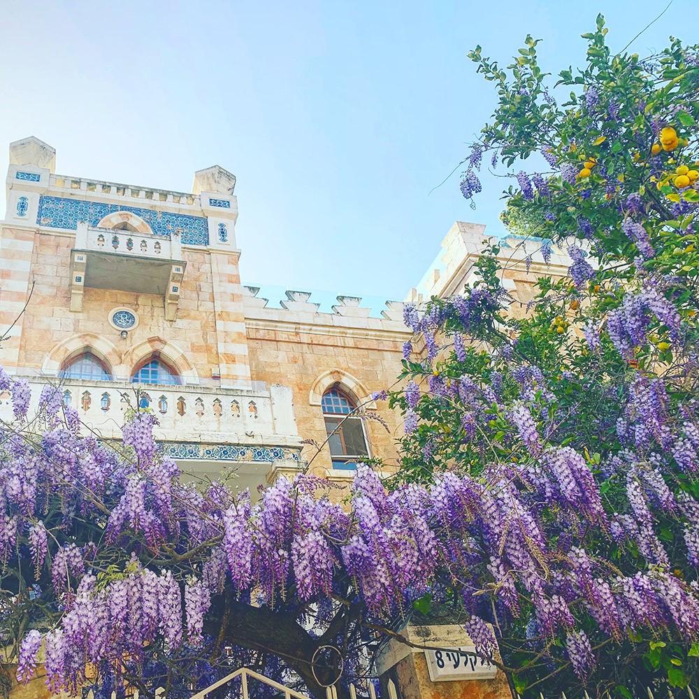 Palestinian_villa_in_Jerusalem_(lilacs).jpg